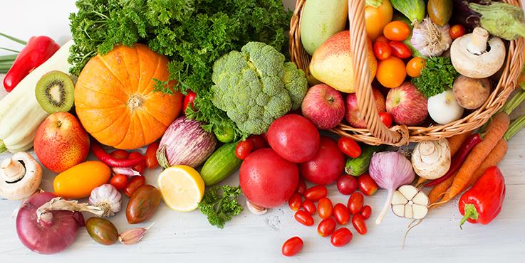 légumes et fruits sur la table et dans le panier