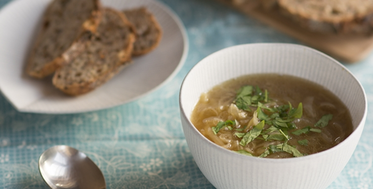 Steaming onion soup with wholegrain bread
