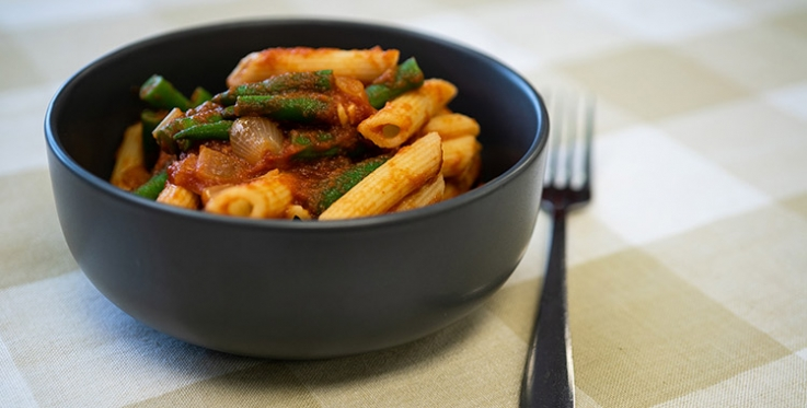 Pasta with tomato sauce and green beans