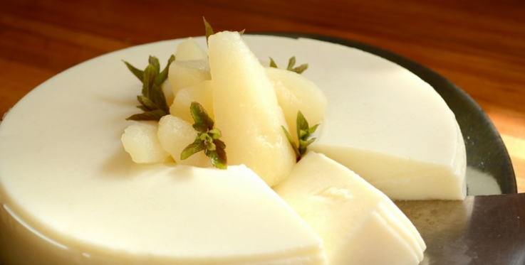 semolina and pear pudding topped with canned pears